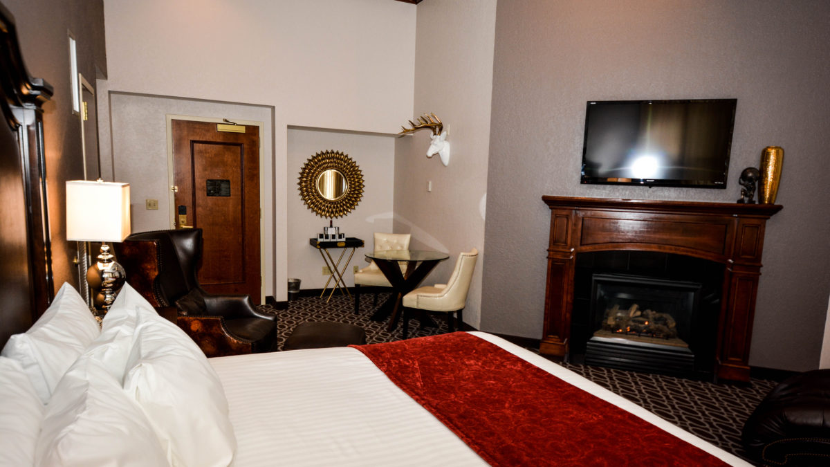 deslux hotel king whirlpool suite with fireplace